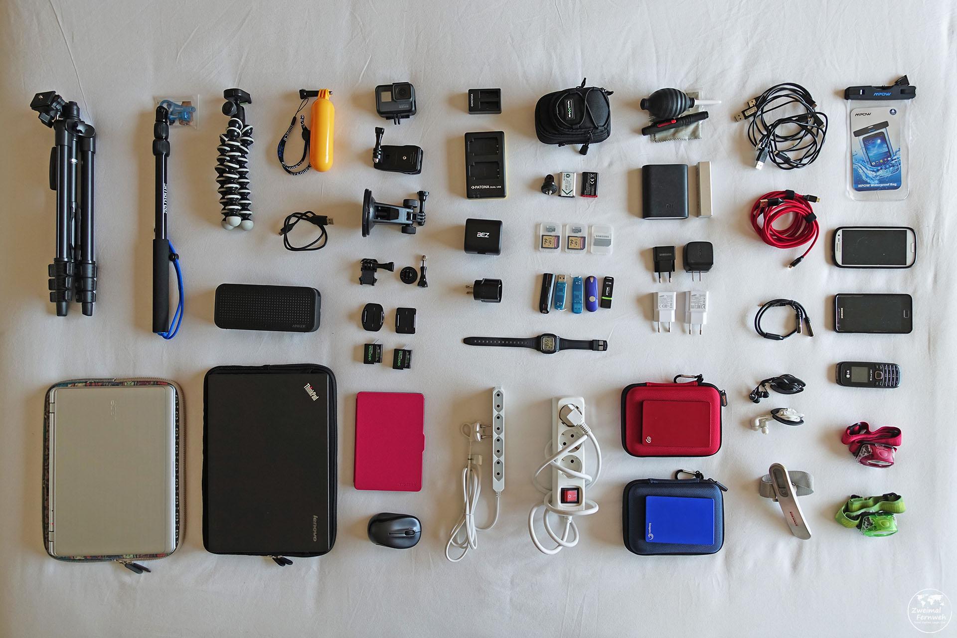 Hier zeigen wir dir unsere Technik von der Reisekamera bis zum Steckdosenadapter